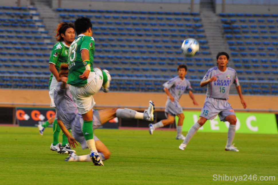 A nice cross executed by the Verdy player