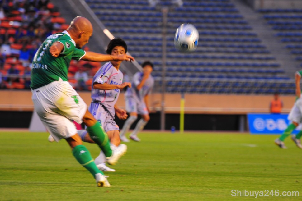A power cross being executed by the Verdy player