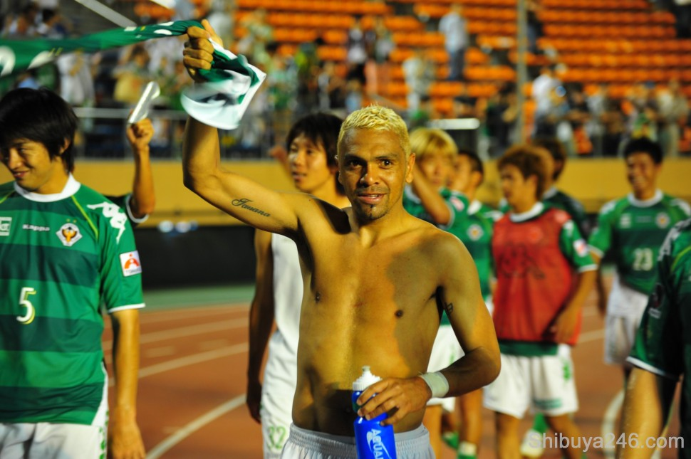 The Tokyo Verdy team thank their supporters after the match