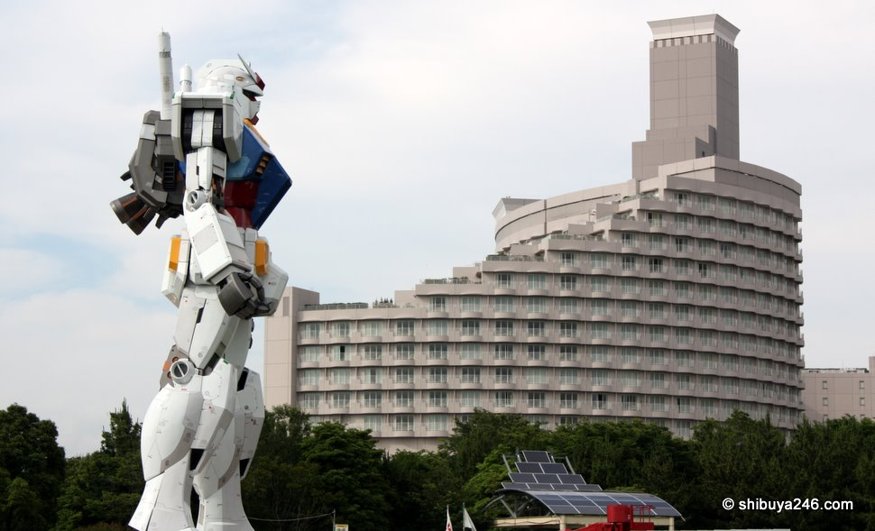 Back in the daytime with no-one about, Gundam contemplates scaling the Odaiba Nikko hotel