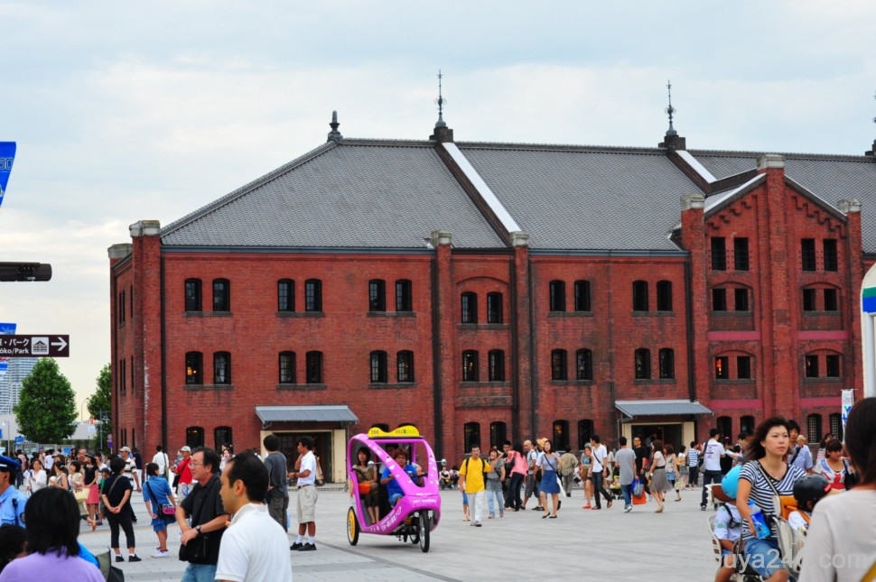One of the old waterfront warehouses now renovated and redeveloped as an arts and crafts shopping area. Known as aka renga for its red brick structure