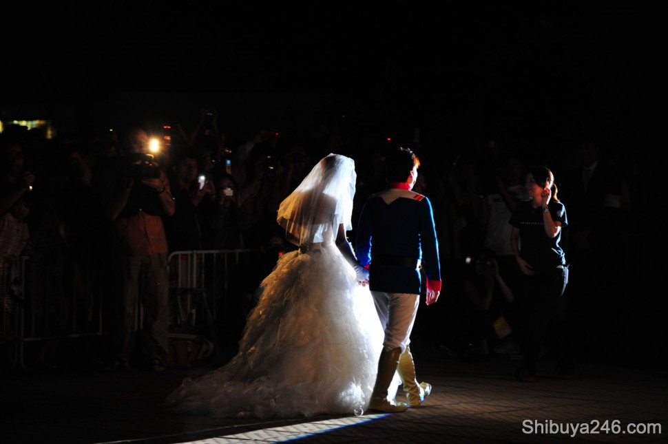 The bride and groom make their entrance in front of the crowd of spectators
