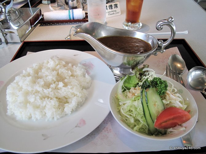 Today's lunch was curry rice and salad. Nice !