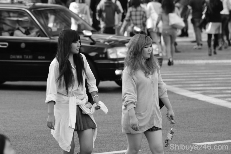 Mobile phones in hand, straps with character goods. Shibuya fashion on the streets