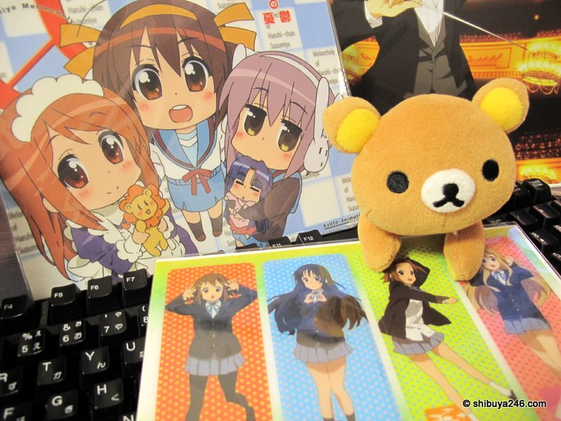 Rilakkuma closeup with the K-ON girls. Steady on there Rila..
