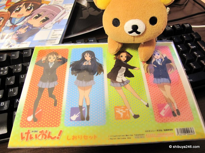 Rilakkuma leaning in closer and closer with this K-ON shiori set