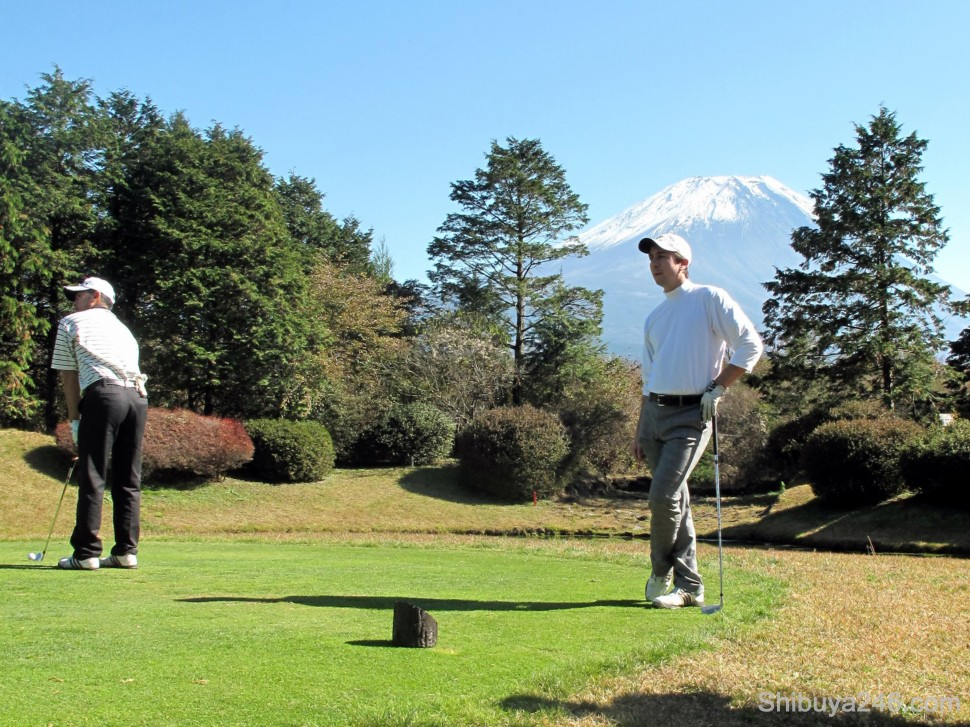 It was hard to keep the attention focused forward here as we teed off with Fuji-san in the background