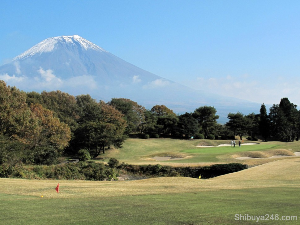 One of my favorite holes of the day. You have to hit down to a lake and then wait for the green to clear before hitting over the stream with Fuji-san in the background. Perfect setting