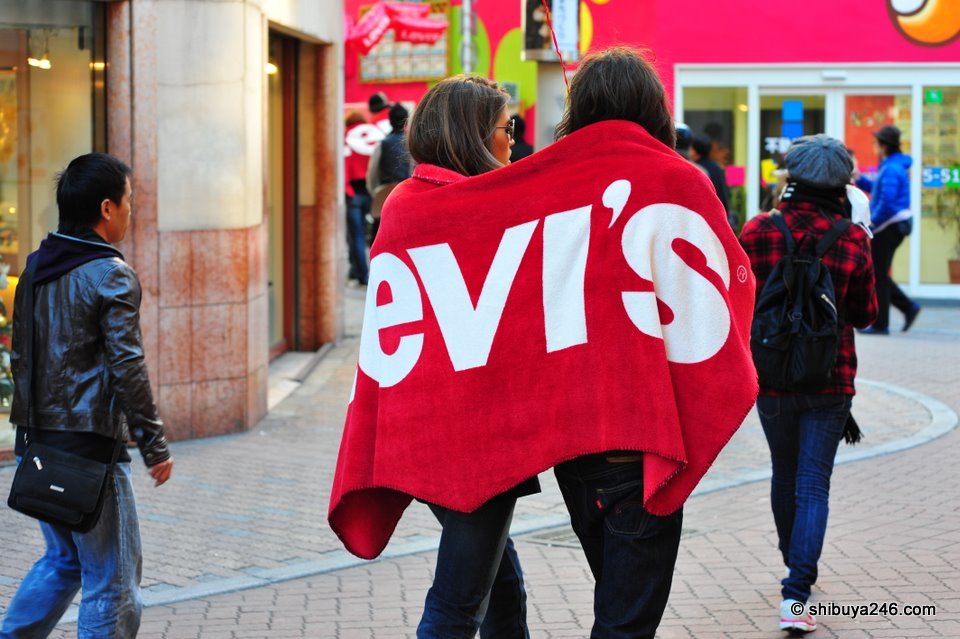 As part of the promotion for the store, people were hired to walk around Center-gai with a LEVI'S blanket on their backs. This was a good idea for a promotion, as the red LEVI'S blanket really stood out on the streets.