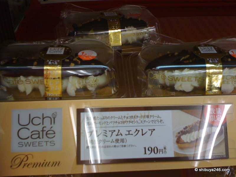 Lawson have launched their line of premium sweets under the name Uchi Cafe Sweets. This premium eclair looks particularly tempting. The photo doesn't really do it justice. It looks a lot better in real life.