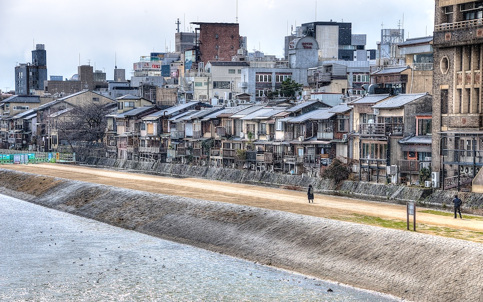 You can see some of the snow flakes in this picture with the backdrop of the Kamogawa banks and old buildings